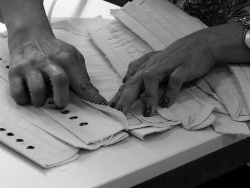 Vorbereiten des Probemodels von einem Barockkorsett