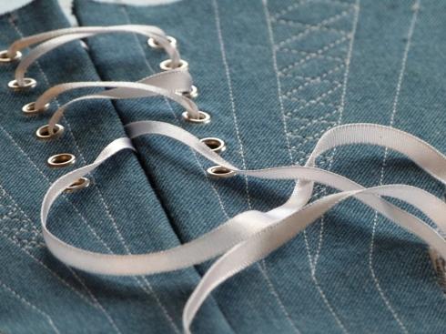 Verzierung für ein Barockkorsett aus Jeans