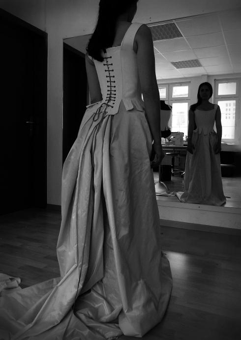 Anprobe des Probemodels von einem Barockkorsett, l`école du corset von Beata Sievi