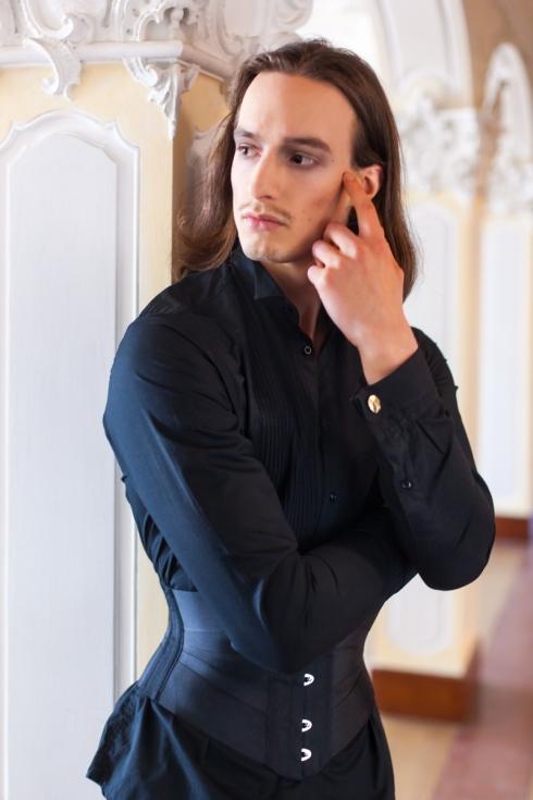 Ein Mann im schwarzen Ribbonkorsett, Bild: Ewald Vorberg