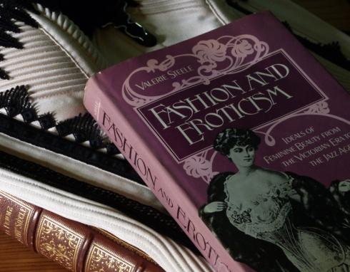 Lektüren der Korsettdesignerin Beata Sievi