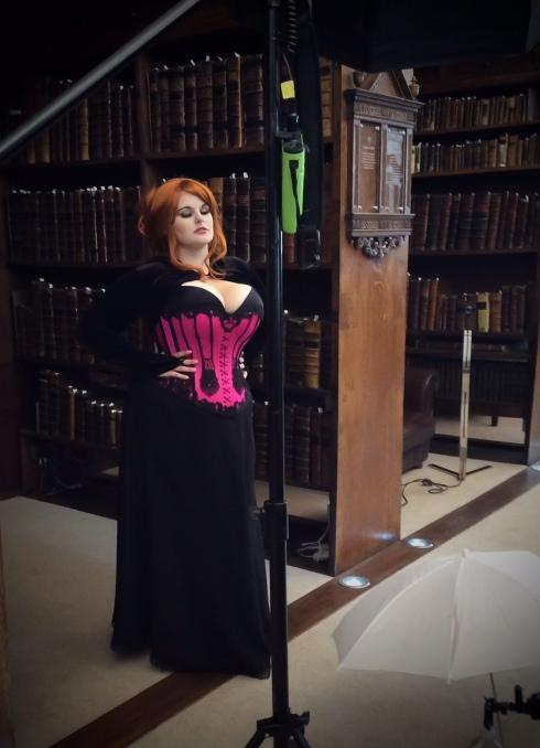 Backstage Aufnahme - Fotoshooting mit Evie Wolfe im Korsett von Beata Sievi