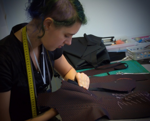 """Praktikantin Vanessa Michaelides im Atelier """"entre nous"""" erlern die Kunst der Korsettherstellung"""